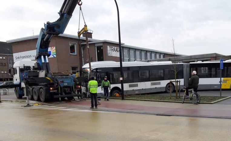 De bus moest met een kraanwagen bevrijd worden.