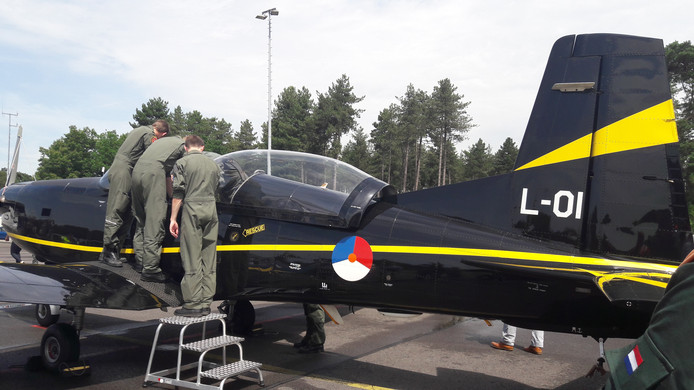 De cockpit van de PC-7 trekt veel belangstelling.