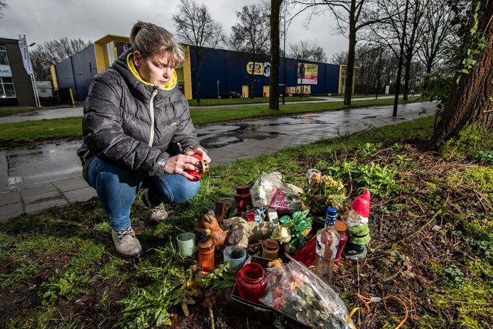 Moeder van Mike, Ingrid van Keulen, op de plek waar haar zoon overleed aan de Kayersdijk in Apeldoorn.