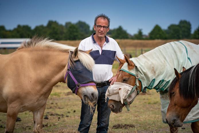 Twaalf van de 59 paarden zijn besmet met droes. ,,We moeten zorgen dat de bacterie zich niet verder verspreid'', zegt penningmeester Kees Petersen van het hippisch centrum in Kampen.