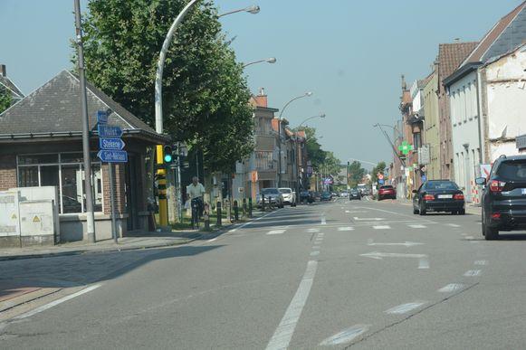 Fietsers rijden nu tussen de bomen en de paaltjes omdat er geen fietspad is op dit stuk van de gewestweg.