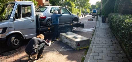 Automobilist knalt in Baarn op omstreden betonblok, twee weken na plaatsing