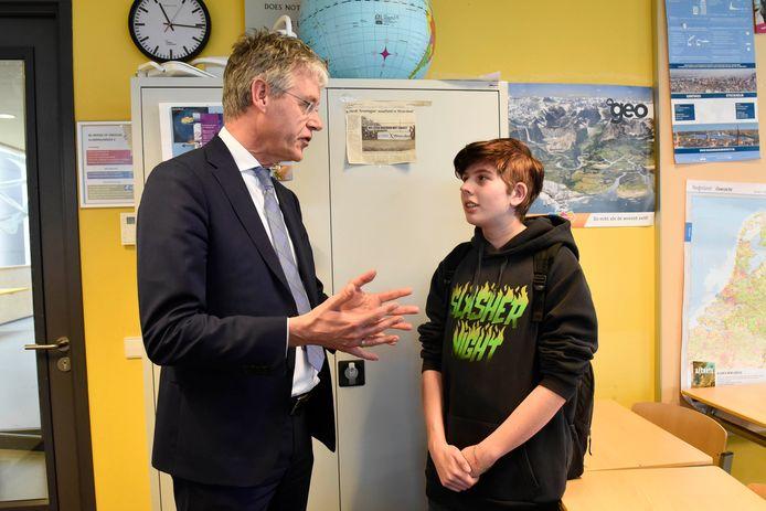 Minister Arie Slob bezoekt het Minkema om te zien hoe de school en de leerlingen omgaan met  het begrip 'burgerschap'. Hier praat de minister met Sam Vermeulen, een 17-jarige leerling is bezig om van een vrouw een man te worden.