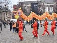 Den Haag in de ban van Chinees Nieuwjaar: Grote gekleurde draken dansen door de stad