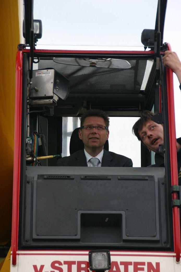 Wethouder Reinier van Broekhoven verricht de openingshandeling. Foto: Buiting Machinebouw