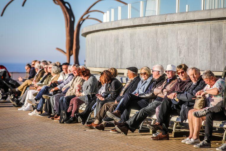 Op de zitbankjes bij het Kursaal is het áltijd druk bij mooi weer - dat was nu niet anders.