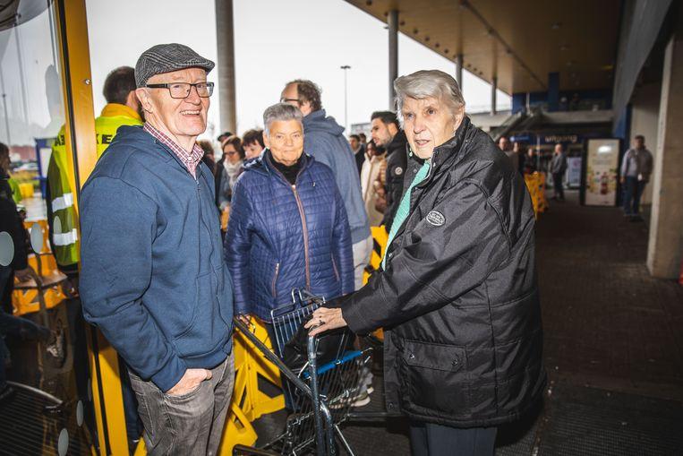 Omer en Anita zijn verrast door de wachtrij aan IKEA Gent.