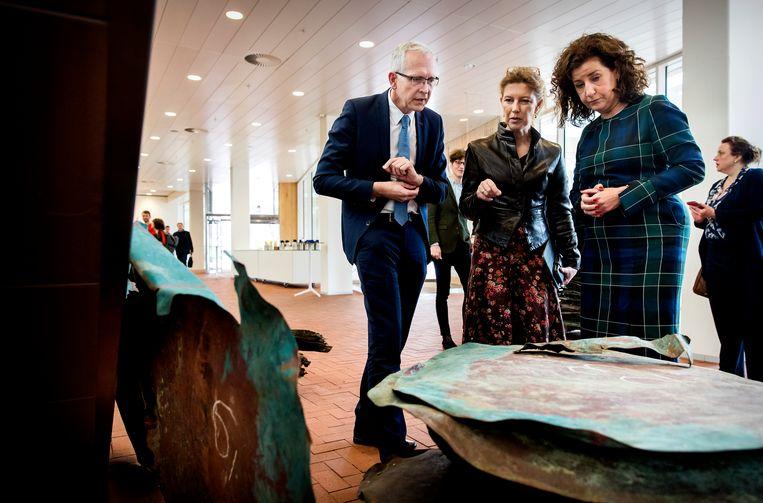 Minister Ingrid van Engelshoven (Onderwijs, Cultuur en Wetenschap) bij de presentatie van de archeologische vondst. Beeld ANP