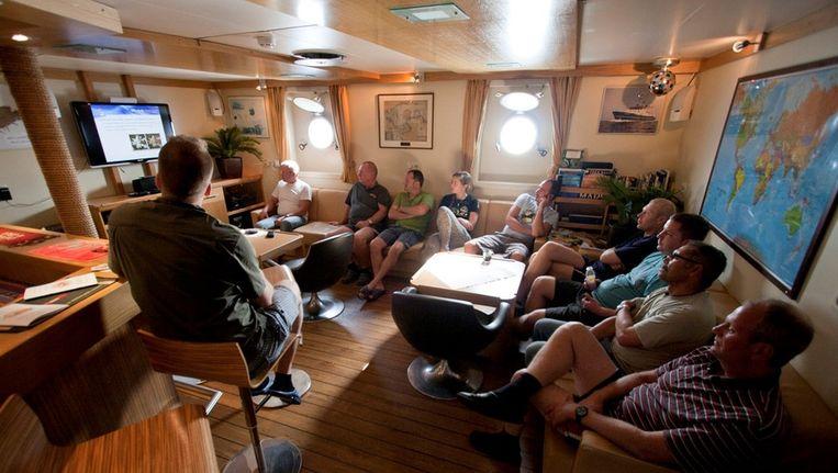 Stuut (links) geeft instructies aan de bemanning van het schip Beeld Ronald Veldhuizen
