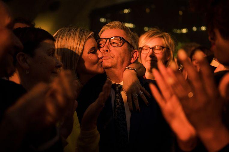 Echtgenote Leentje geeft een emotionele Kris Van Dijck een kus tijdens de speech van De Wever.