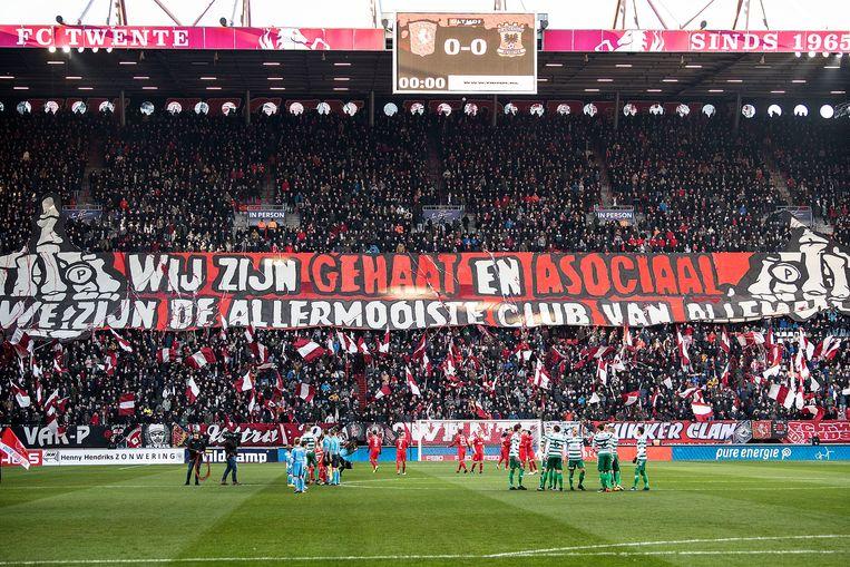 De elftallen staan klaar in een vol stadion. Beeld Guus Dubbelman / de Volkskrant