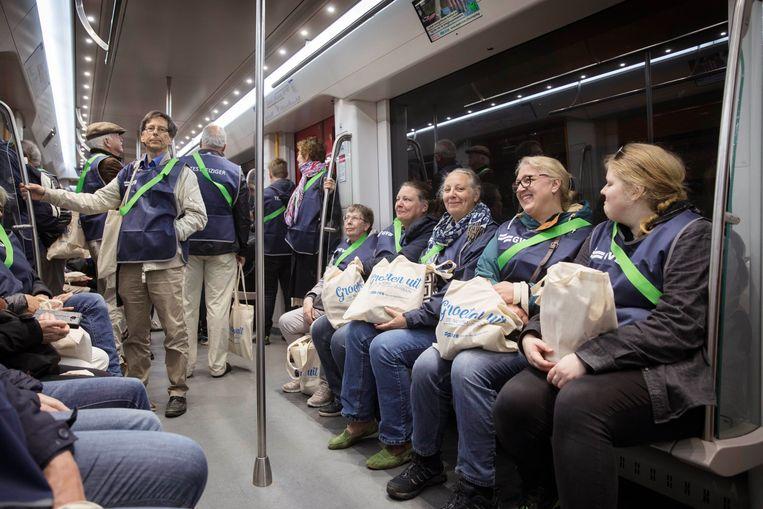 Een groep testreizigers in een metrostel van de nieuwe Noord-Zuidlijn. In totaal hadden zich bijna 20.000 vrijwilligers aangemeld als testreiziger, deze ochtend mogen er 500 komen. Beeld Werry Crone