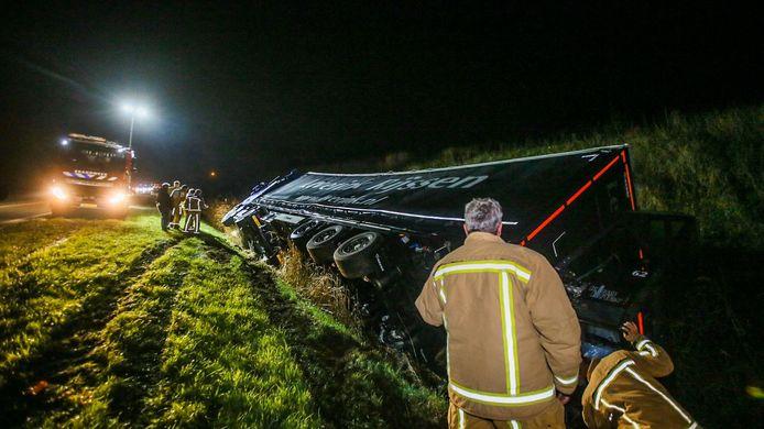 Op de N279 in Aarle-Rixtel belandde een vrachtwagen woensdag in de sloot.