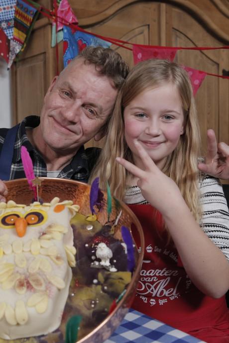 Apeldoornse Eline (12) verrast zus met 'taart van Abel'