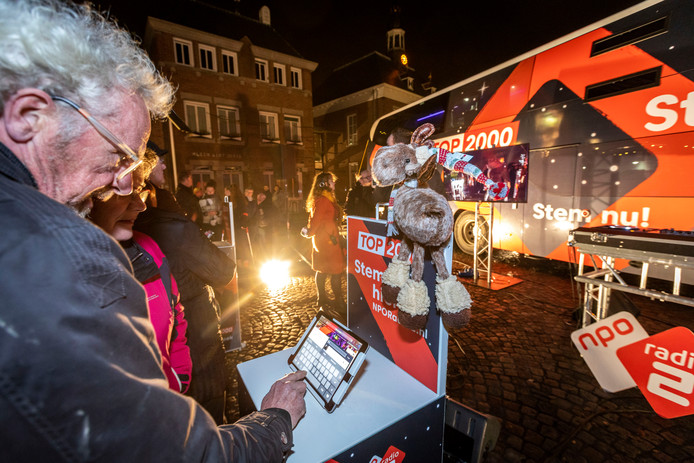 De stembus voor de top 2000 van Radio 2 staat op het Ridderplein in Gemert.