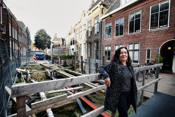 De weg van De Kromme Nieuwegracht ligt nu al 2 jaar open. Bewoners willen niet opdraaien voor de extra kosten. Beate Volker woont op de Kromme Nieuwegracht .