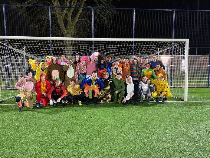 De voetballers van SC Valburg trainen in carnavalstenue: Amy Winehouse versus Kabouter Plop