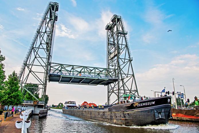 Een archieffoto van de Hefbrug op een moment dat boten wel gewoon door kunnen varen.