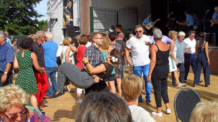 Kelly Feller door haar vriend in de heupzwaai genomen tijdens optreden van The Explosion Rockets.