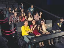 Kijken naar 4D-film met geur en beweging in Pathé De Kuip
