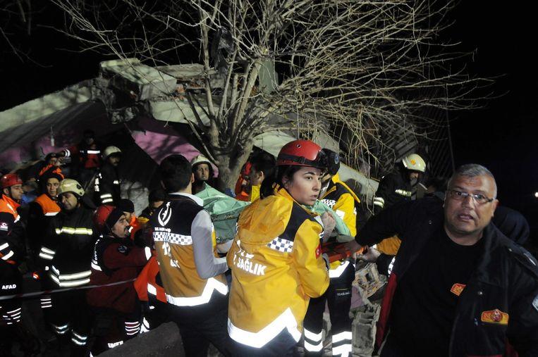 Hulpverleners dragen een slachtoffer op een stretcher. Beeld epa