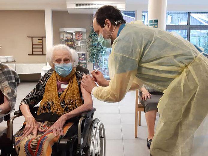 Jetje werd als eerste gevaccineerd in woonzorgcentrum Wilgendries Aspelare (Ninove).