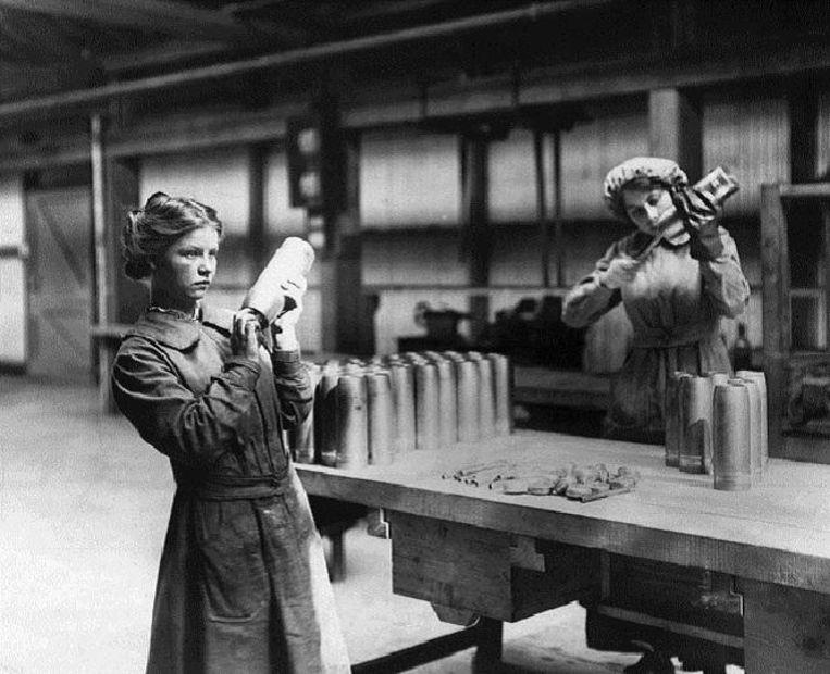 Vrouwen aan het werk in een munitiefabriek Beeld getty
