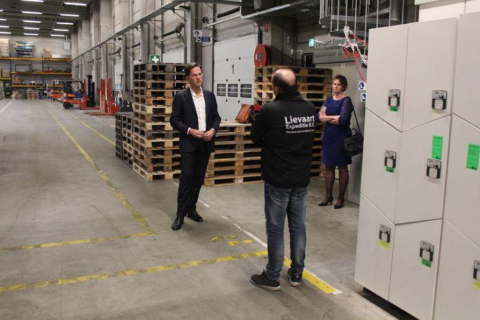 Premier Mark Rutte en TLN-voorzitter Elisabeth Post op bezoek bij transportbedrijf Lievaart in De Lier.
