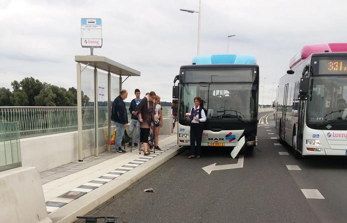 Vlak nadat de twee ouderen naar het ziekenhuis waren gebracht, gebeurde er nog een ongeluk met een bus. Dit keer was er alleen blikschade