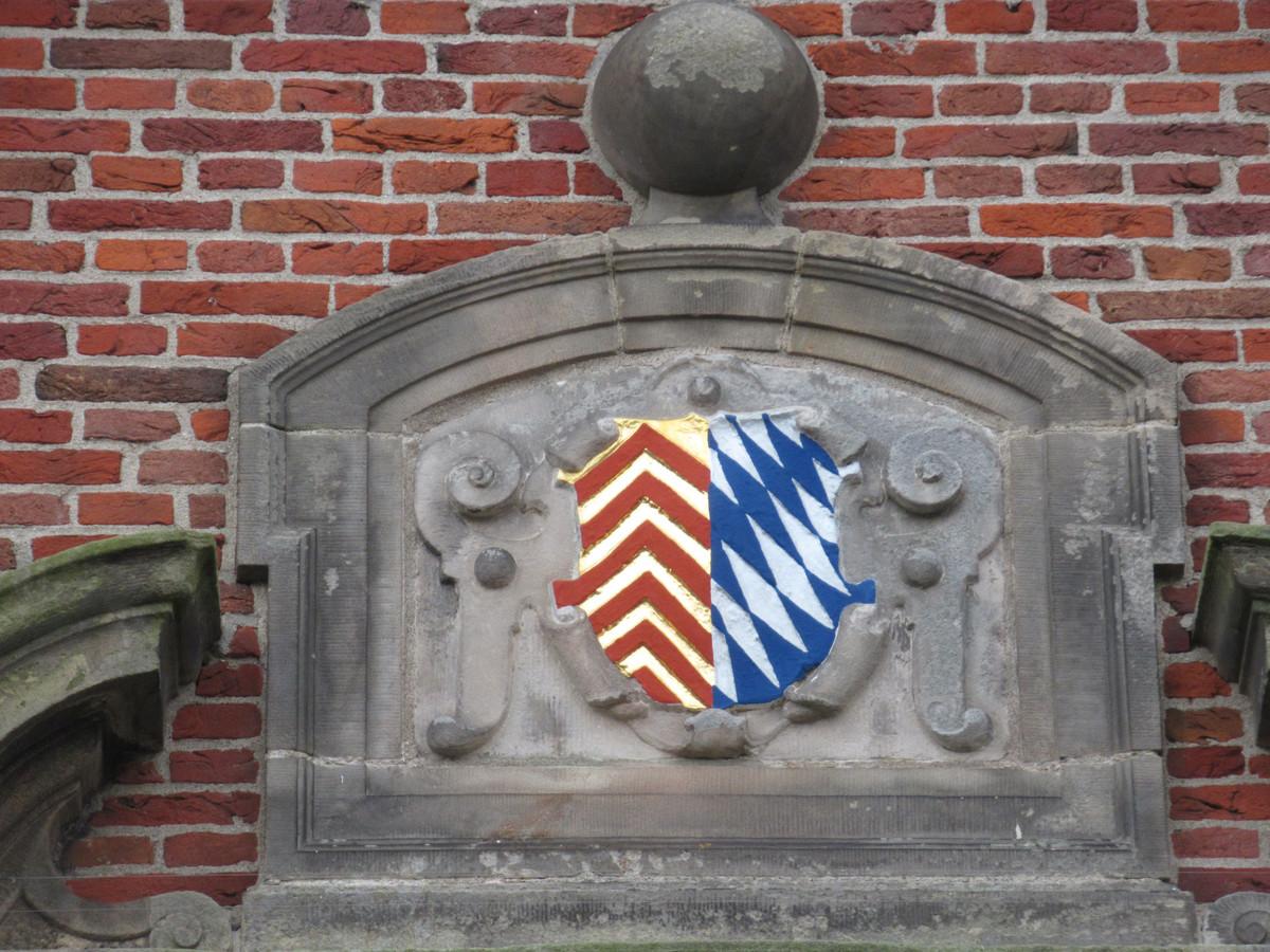 Het oude gemeentewapen van Oud-Beijerland in een gevelsteen boven de deur van het Oude Raadhuis.