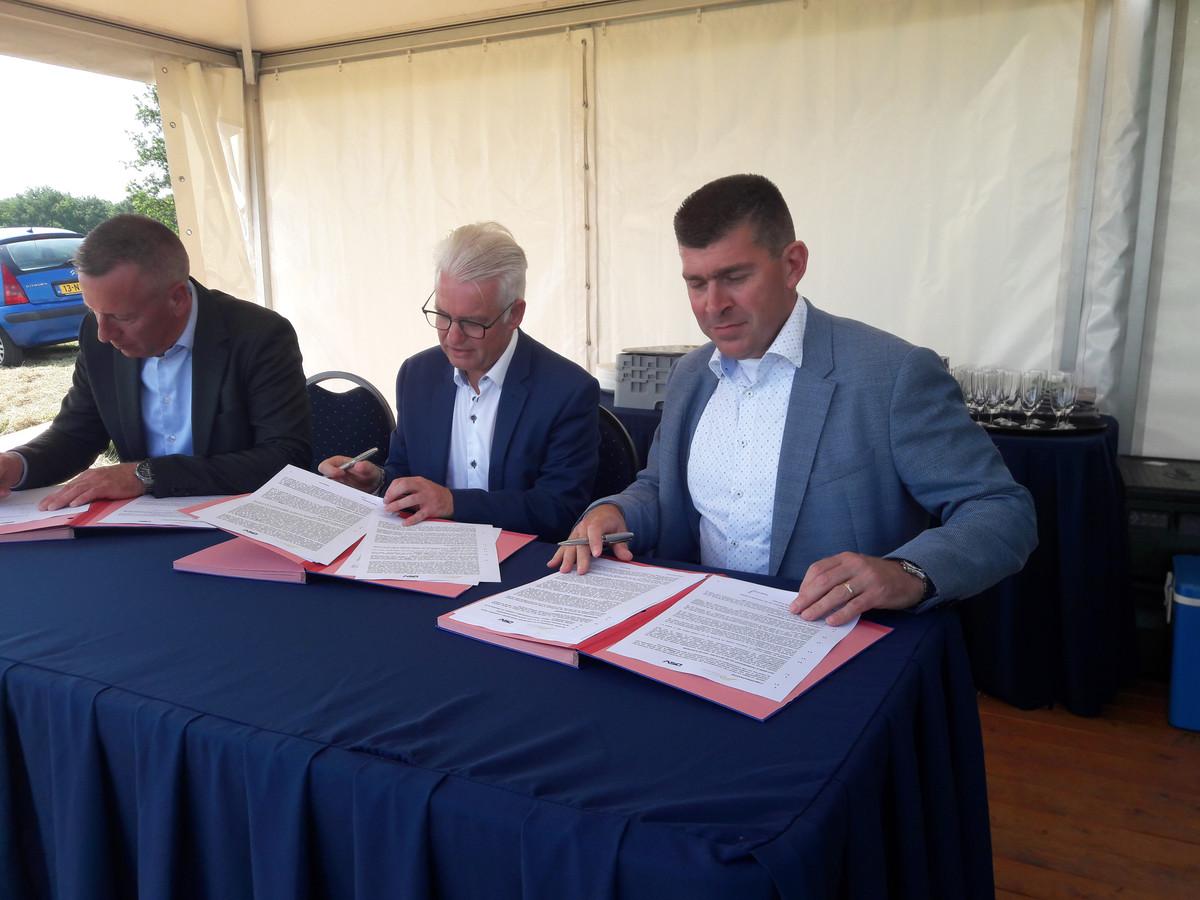 Brian Alwind (CEO DSV), wethouder Frank Hommel (gemeente Tholen) en Arno van Berlo (Manager DSV) tekenen de koopovereenkomst voor de kavel op Welgelegen III.