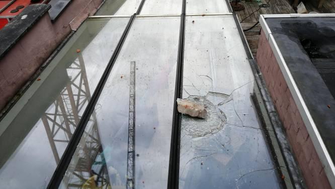 """Steenbrokken van bouwkraan vallen op dak en veranda van huis: """"Maar we hebben ongelooflijk veel geluk gehad"""""""