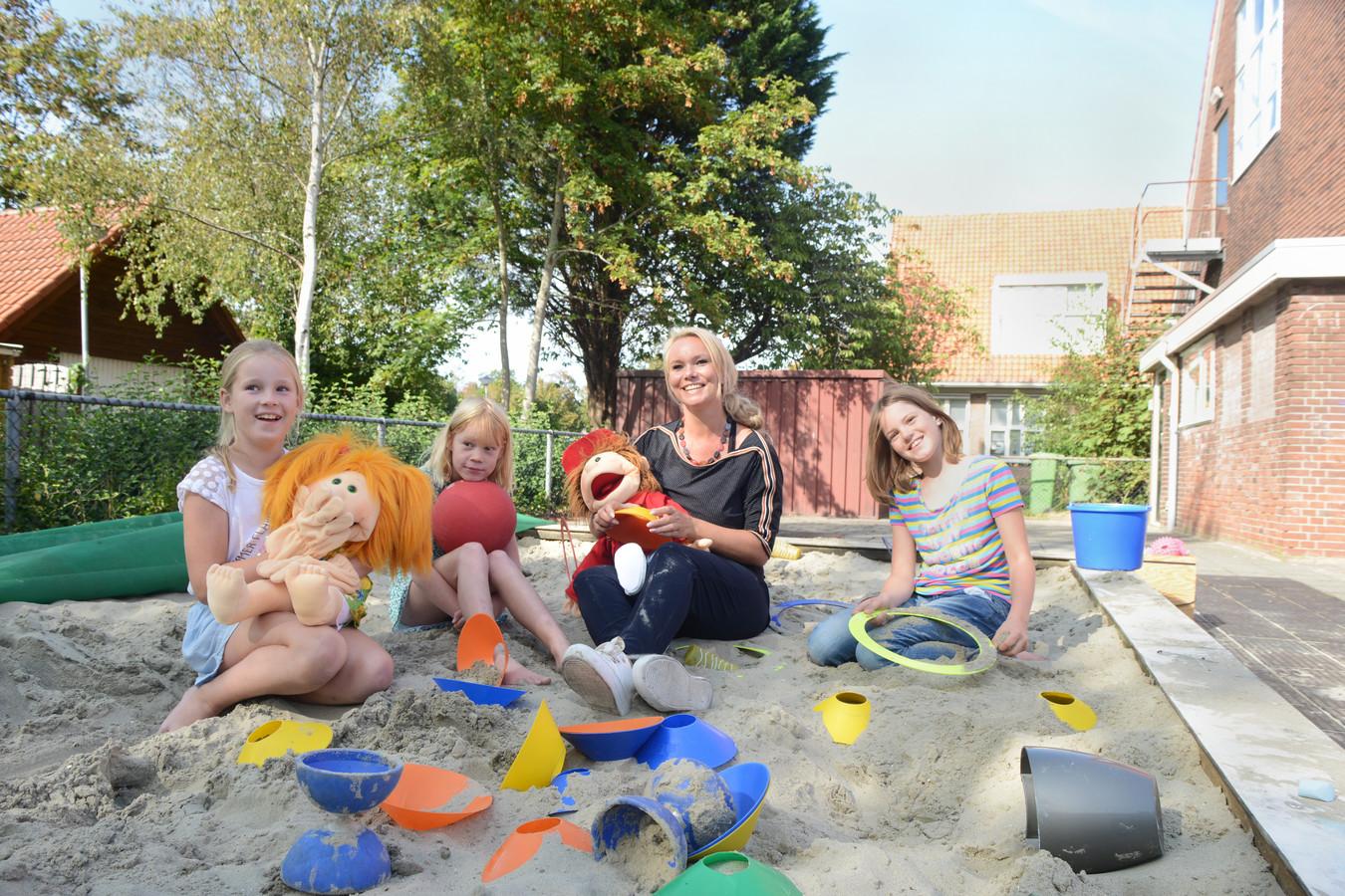 Vlnr: Lotte van den Bos, Rosalyn Berrevoets, juf Chantal en Lysanne van Westen.