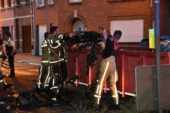 De brandweer laat een container komen om het puin in op te bergen.