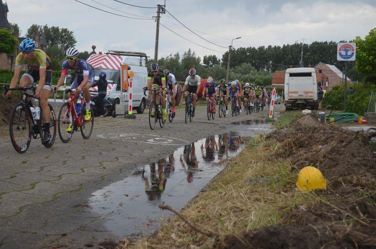 Ook een waterlek aan de Ramonshoek houdt de renners niet tegen.