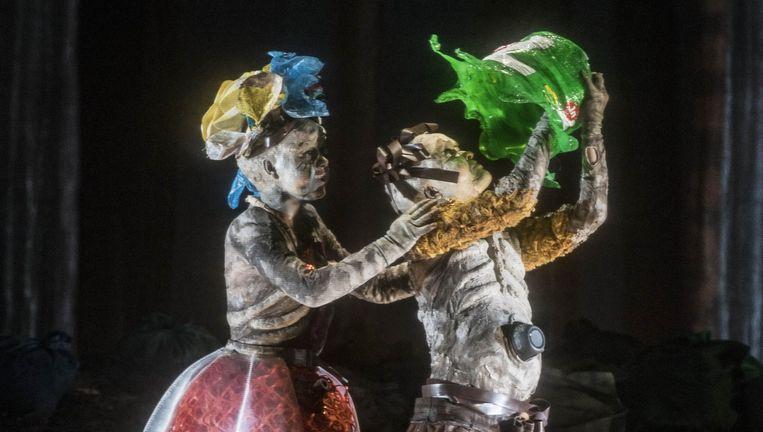 Hänsel (Kate Lindsey) en Gretel (Lenneke Ruiten) in een decor van Michael Levine. Beeld null