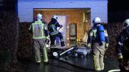 Brandweer blust garagebrand