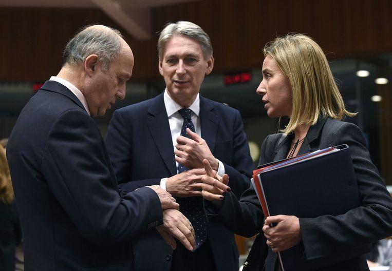 EU-buitenlandchef Federica Mogherini overlegt met de ministers van Buitenlandse Zaken Laurent Fabius (Frankrijk, links) en Philip Hammond (Groot-Brittannië) Beeld afp