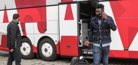 Hooligans Atalanta bekogelen spelersbussen Ajax