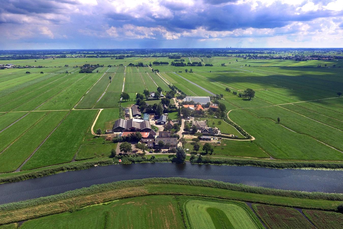 Op De Donk in Brandwijk stond in de vijftiende en zestiende eeuw een klooster, bewoond door Augustijner monniken. Nu staan er een paar boerderijen en woonhuizen.
