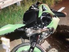 Motorrijder knalt tegen vangrail en loopt zwaar letsel op