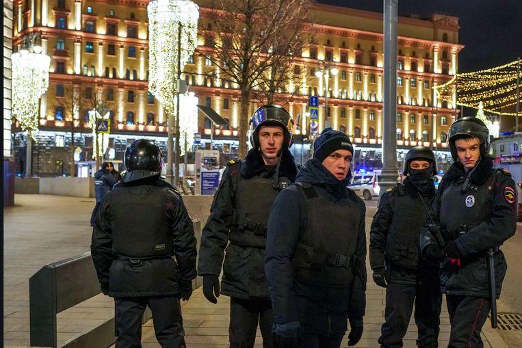 Russische politieagenten bij de Loebjanka, het hoofdkwartier van de geheime dienst FSB, in het centrum van Moskou. Eerder op de avond probeerde een zwaar bewapende aanvaller het gebouw binnen te dringen. Beeld AFP