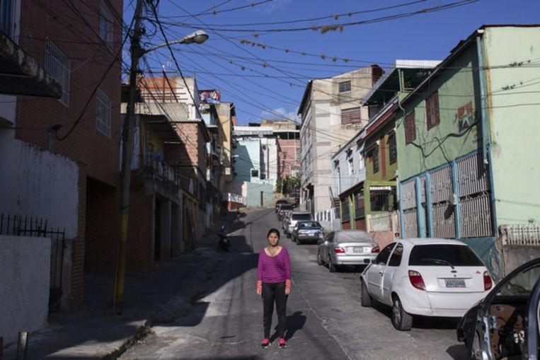 Yeydi Caro, zus van het verdwenen Venezolaanse parlementslid Gilber Caro, in de wijk Catia in Caracas. Beeld Andrea Hernández