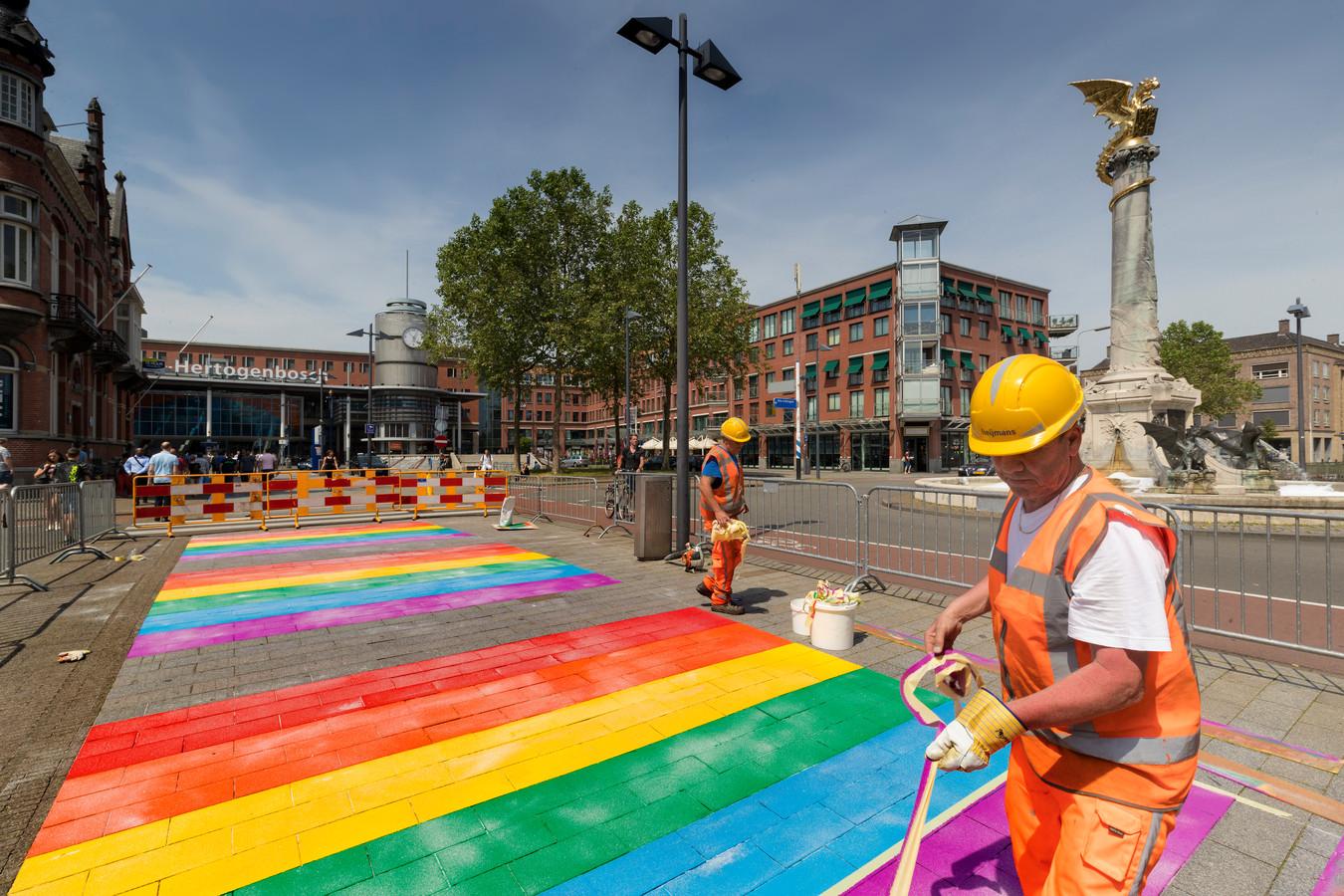 Het regenboogzebrapad bij het station.