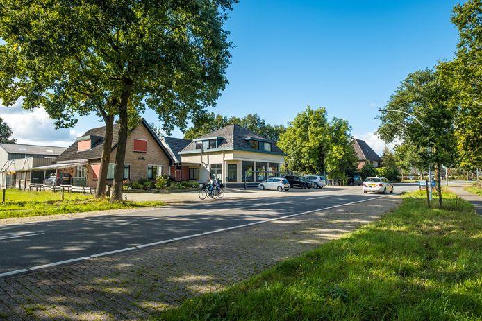 De vijf bedrijven die nu al in he tpand van de voormalige Houthandel De Vries zitten, moeten mogelijk op zoek naar een andere locatie.