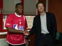 Mpenza keerde terug naar Standard. Hier poseert hij met Michel Preud'homme.