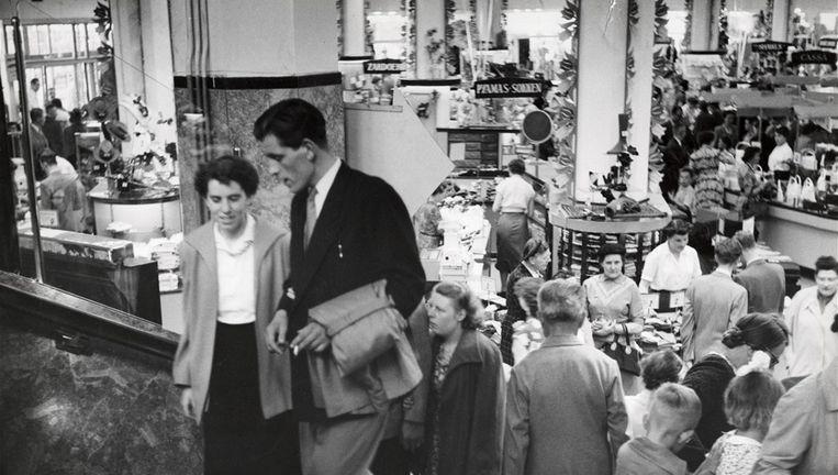 Drukte in een warenhuis van V&D in 1953. Beeld