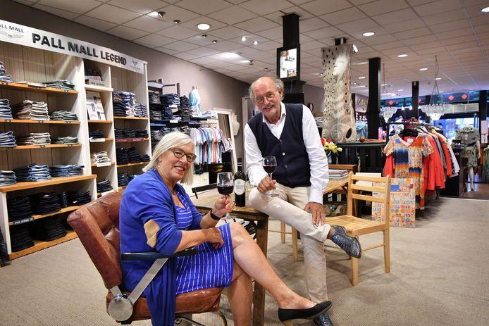 Wieger en Marlien de Vries in hun modezaak.