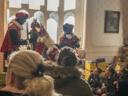 Sinterklaas in zijn kasteel in het domein Tudor. Daar worden de kinderen in een meeslepend verhaal ondergedompeld.