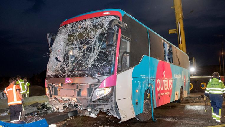 De bus was op weg van Amsterdam naar Londen en reed 's nachts ter hoogte van Aalter op een betonnen vangrail. Beeld anp